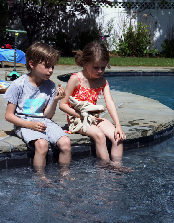 Luce and Theo with feet in pool