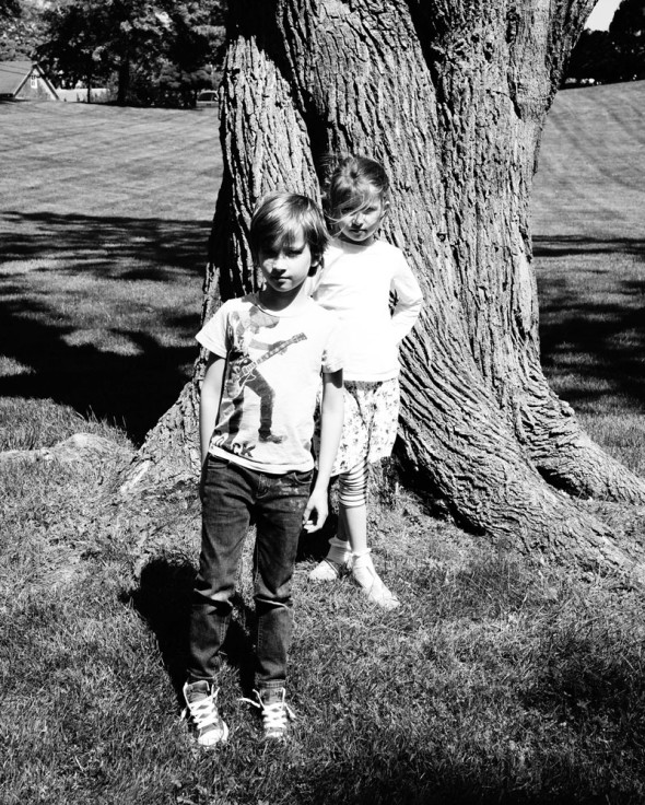 Luce and Theo standing in front of tree