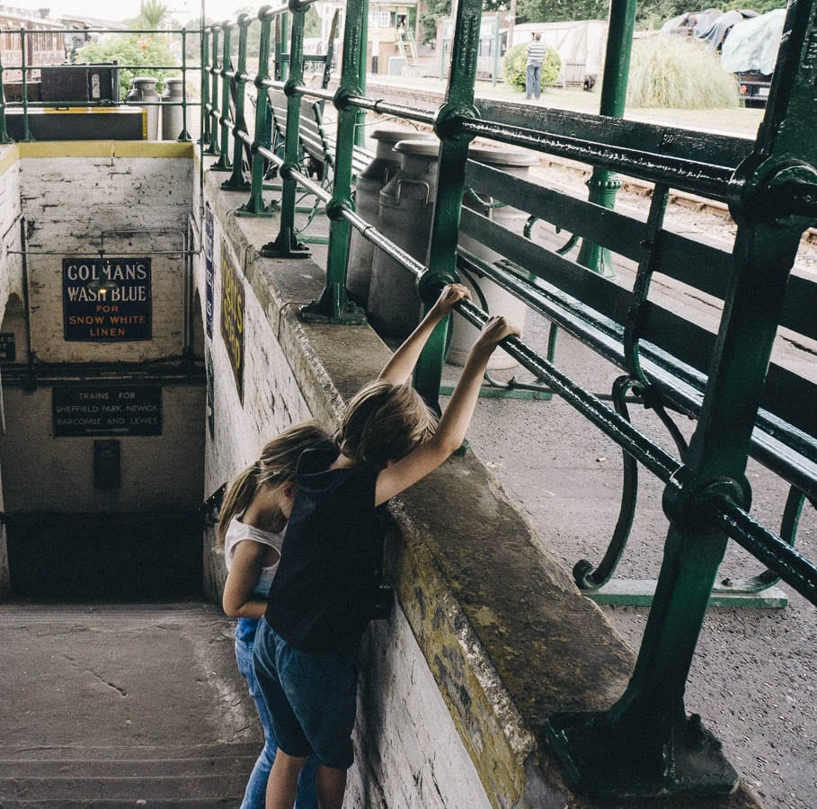 Luce and theo playing on stairs of platform
