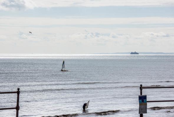 Shrimping and sailing and horizon