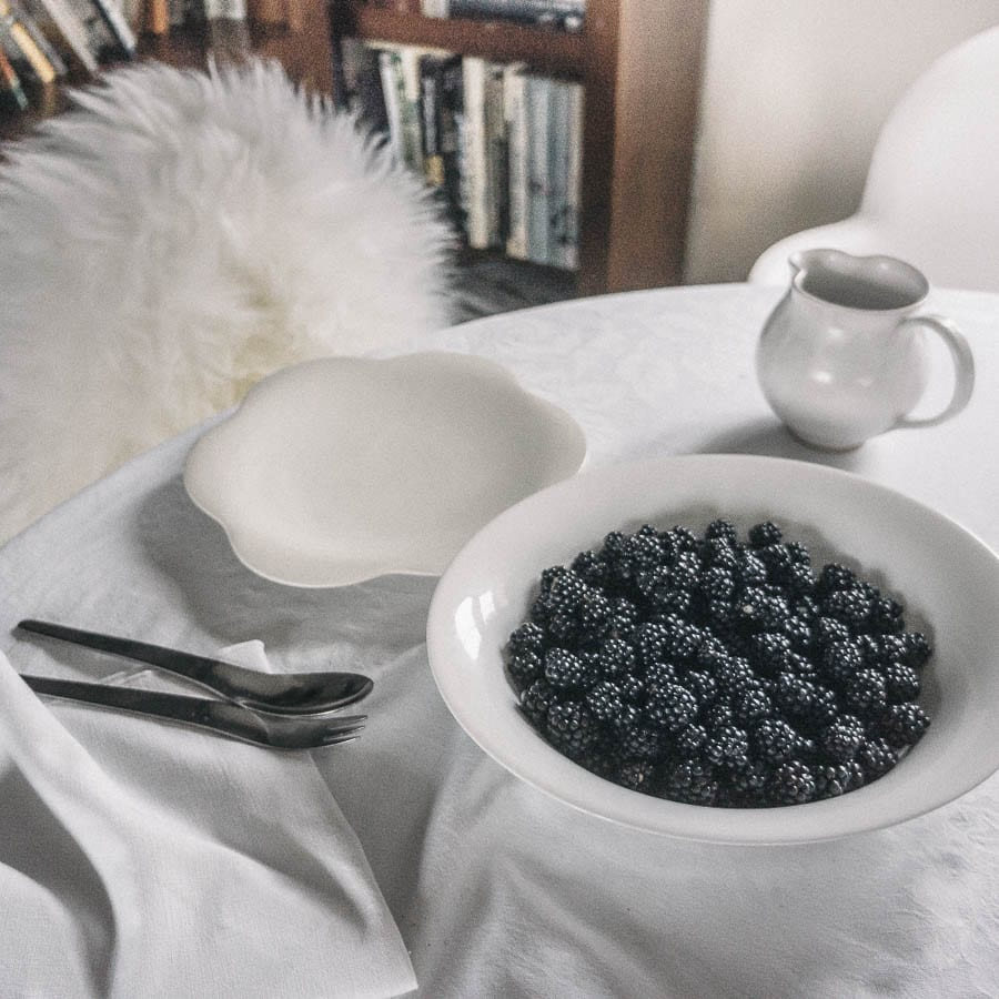 Blackberries in a bowl on table