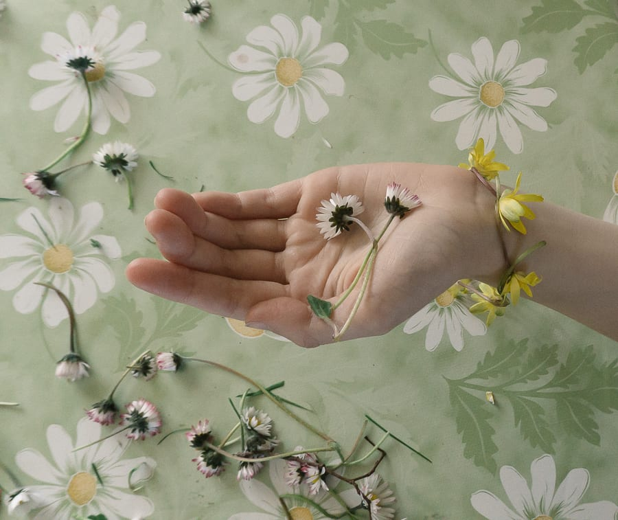 How to make a simple daisy chain flower bracelet